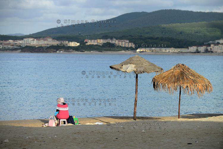 Tabarka, Tunisia, 18 Settembre 2018<br /> Donna sola sulla spiaggia di Tabarka