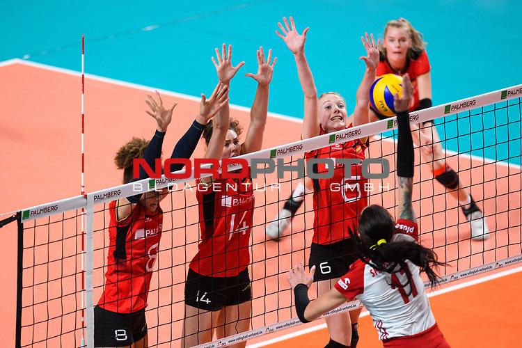 16.08.2019, …VB Arena, Bremen<br />Volleyball, LŠnderspiel / Laenderspiel, Deutschland vs. Polen<br /><br />Block  / Dreierblock Kimberly Drewniok (#8 GER), Melanie Schšlzel / Schoelzel (#14 GER), Jennifer Geerties (#6 GER) - Angriff Malwina Smarzek (#17 POL)<br /><br />  Foto © nordphoto / Kurth