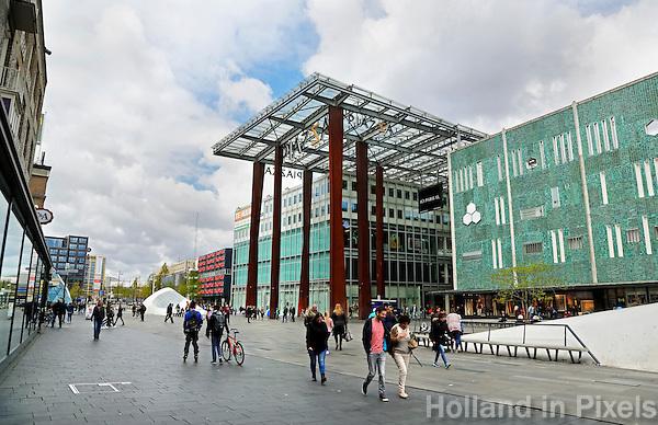 Nederland Eindhoven 2015. Piazza op het 18 Septemberplein. Winkelcentrum in de binnenstad. Rechts de Bijenkorf. Foto Berlinda van Dam / Hollandse Hoogte