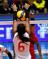 BOGOTÁ-COLOMBIA, 08-01-2020: Valerin Carabalí de Colombia, intenta un bloqueo al ataque de balón a Magullaura Frias de Perú, durante partido entre Perú y Colombia en el Preolímpico Suramericano de Voleibol, clasificatorio a los Juegos Olímpicos Tokio 2020, jugado en el Coliseo del Salitre en la ciudad de Bogotá del 7 al 9 de enero de 2020. / Valerin Carabali from Colombia, tries to block the attack the ball to Magullaura Frias from Peru, during a match between Peru and Colombia, in the South American Volleyball Pre-Olympic Championship, qualifier for the Tokyo 2020 Olympic Games, played in the Colosseum El Salitre in Bogota city, from January 7 to 9, 2020. Photo: VizzorImage / Luis Ramírez / Staff.
