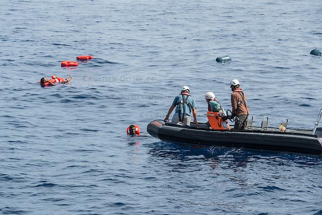 Sea Watch-2.<br /> Die Sea Watch-2 bei ihrer 13. SAR-Mission vor der libyschen Kueste.<br /> Im Bild: Gefluechtete sind in Panik von ihrem Schlauchboot gesprungen.<br /> 21.10.2016, Mediterranean Sea<br /> Copyright: Christian-Ditsch.de<br /> [Inhaltsveraendernde Manipulation des Fotos nur nach ausdruecklicher Genehmigung des Fotografen. Vereinbarungen ueber Abtretung von Persoenlichkeitsrechten/Model Release der abgebildeten Person/Personen liegen nicht vor. NO MODEL RELEASE! Nur fuer Redaktionelle Zwecke. Don't publish without copyright Christian-Ditsch.de, Veroeffentlichung nur mit Fotografennennung, sowie gegen Honorar, MwSt. und Beleg. Konto: I N G - D i B a, IBAN DE58500105175400192269, BIC INGDDEFFXXX, Kontakt: post@christian-ditsch.de<br /> Bei der Bearbeitung der Dateiinformationen darf die Urheberkennzeichnung in den EXIF- und  IPTC-Daten nicht entfernt werden, diese sind in digitalen Medien nach &sect;95c UrhG rechtlich geschuetzt. Der Urhebervermerk wird gemaess &sect;13 UrhG verlangt.]