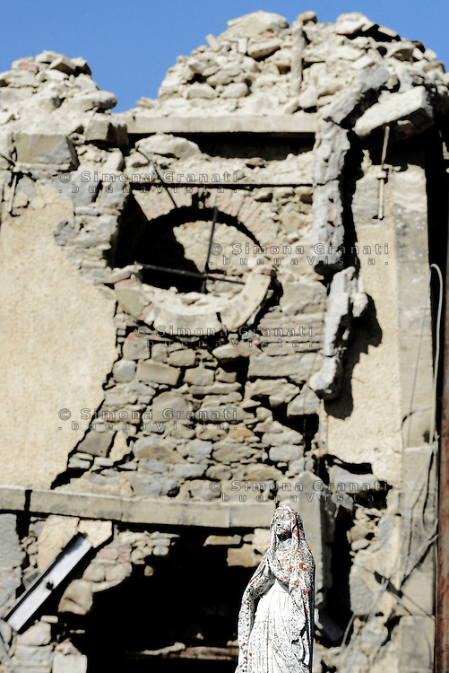 Torrita, Amatrice, 26 Agosto 2016.<br /> Una statua della Madonna tra le macerie della Chiesa di Torrita, frazione di Amatrice. <br /> L'Italia &egrave; stata colpita da un potente, terremoto di 6,2 magnitudo nella notte del 24 agosto, 2016, che ha ucciso almeno 290 persone .<br /> A statue of the Madonna in the rubble of the Church of Torrita ,a hamlet of Amatrice , earthquake in central Italy was struck by a powerful, 6.2-magnitude earthquake in the night of August 24, 2016, Which has killed at least 290 people and devastated hundreds of houses.