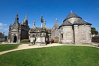 France, Brittany, Département Finistère, Guimiliau: Calvary and church in the parish close | Frankreich, Bretagne, Département Finistère, Guimiliau: Umfriedeter Pfarrbezirk mit Kalvarienberg und Kirche