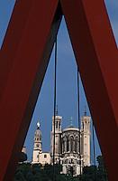 Europe/France/Rhône-Alpes/69/Rhône/Lyon: La basilique Notre-Dame-de-Fourvière (1896 Gothico-byzantine) et la passerelle