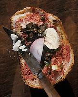 Europe/Malte: Casse croute du paysan , sandwich  constitué d'une tranche de pain  arrosé d'huile d'olive, nappé de concentré de tomates de câpres, d'oignons, d'olives noires et d'un petit fromage de brebis