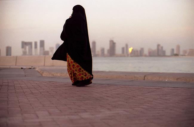 Qatar. Doha, le front de mer Al-Corniche. Une femme qatarie. *** State of Qatar, City of Doha, Al-Corniche (the seashore road of Doha),  a qatary woman.