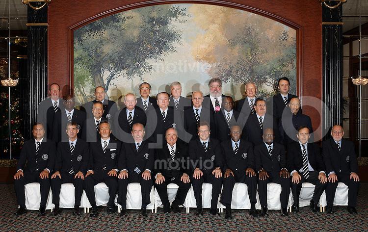 Fussball International FIFA Club WM Japan 2007     15.12.2007 Gruppenbild Exekutivkomitee:  Michel  D HOOGHE (Belgien), Marios  LEFKARITIS (Zypern), Junji  OGURA  (Japan), Ricardo Terra  TEIXEIRA  (Brasilien), Chuck  BLAZER (USA), Viacheslav KOLOSKOV  (Russland), Slim  CHIBOUB (Tunesien, hinten v.li) Jacques ANOUMA (Elfenbeinkueste), Worawi MAKUDI (Thailand), Senes  ERZIK (Tuerkei), Dr. Nicolas LEOZ (Paraguay), Franz BECKENBAUER (Deutschland),  Dr. Amos ADAMU (Nigeria ), Rafael  SALGUERO (Guatemala), Mohamed  BIN HAMMAM (Katar,mitte v.li.) Reynald TEMARII (Tahiti),  Angel Maria VILLAR LLONA  (Spanien), Dr. Mong Joon CHUNG (Korea Republik), Julio H.  GRONDONA (Argentinien), FIFA Praesident Joseph S. Blatter (Schweiz), Jerome VALCKE (Frankreich), Issa HAYATOU  (Kamerun),  Jack A. WARNER  (Trinidad und Tobago), Michel PLATINI (Frankreich), Geoff  THOMPSON (England,vorn v.li )