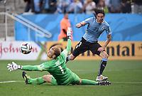 FUSSBALL WM 2014  VORRUNDE    GRUPPE D     Uruguay - England                     19.06.2014 Torwart Joe Hart (li, England) gegen Edinson Cavani (re, Uruguay)