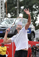 BOGOTA – COLOMBIA – 20-07-2014: Ivo Karlovic de Croacia, se prepara para servir a Bernard Tomic de Australia, durante partido de la final del Open Claro Colombia de tenis ATP 250, que se realiza en las canchas del Centro de Alto Rendimiento en Altura en la ciudad de Bogota.   / Ivo Karlovic of Croatia, prepared to serve to Bernard Tomic of Australia during a match for the final of the Open Claro Colombia de tenis ATP 250, at Centro de Alto Rendimiento en Altura in Bogota City. Photo: VizzorImage / Luis Ramirez / Staff.