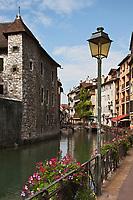 Europe/France/Rhône-Alpes/74/Haute-Savoie/Annecy:Le quai de l'évéché , vieilles maisons sur les bords du Thiou  et le Palais de l'Ile sur la gauche
