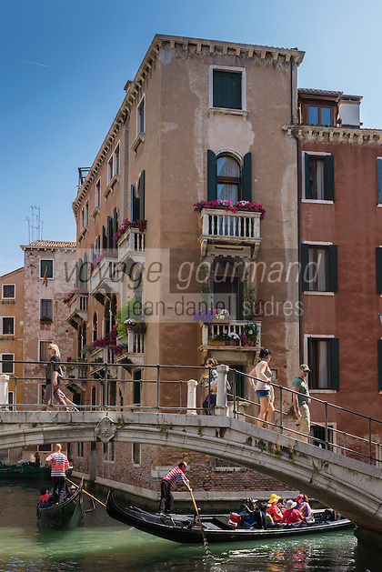 Italie, Vénétie, Venise: Pirogues sur le Rio dei Fuseri, Sestiere de San Marco   // Italy, Veneto, Venice: