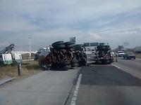 Un tráiler de caja seca se volcó justo en el entronque de la carretera 100 Querétaro sobre la carretera 57, no se presentaron personas lesionadas y el tránsito se vio afectado por cerca de una hora.