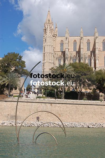 contemporay sculpture in the middle of the laggon Parc de la Mar in front of the Cathedral La Seu<br /> <br /> escultura contempor&aacute;nea en el medio del Par de la Mar delante de la Catedral La Seu (cat.: Sa Seo)<br /> <br /> zeitgen&ouml;ssische Skulptur im Meerespark vor der Kathedrale La Seu<br /> <br /> 3008 x 2000 px<br /> 150 dpi: 50,94 x 33,87 cm<br /> 300 dpi: 25,47 x 16,93 cm