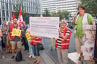 Protest der Gewerkschaft fuer Erziehung und Wissenschaft, GEW-Berlin fuer eine bessere Bezahlung von Erzieherinnen und Erziehern sowie Sozialpaedagoginnen und Sozialpaedagogen vor der Senatsbildungsverwaltung am Dienstag, 13. September 2016.<br /> Die Einkommen der Protestierende sind nach GEW-Aussagen bis zu 423,- Euro niedriger als die ihrer Kollegen in anderen Bundeslaendern. Dagegen Protestierte die Gewerkschaft und forderte die Senatsbildungsverwaltung auf, sich in den Koalitionsverhandlungen nach der Abgeordnetenhauswahl im September 2016 fuer eine gerechte Entlohnung einzutreten.<br /> 13.9.2016, Berlin<br /> Copyright: Christian-Ditsch.de<br /> [Inhaltsveraendernde Manipulation des Fotos nur nach ausdruecklicher Genehmigung des Fotografen. Vereinbarungen ueber Abtretung von Persoenlichkeitsrechten/Model Release der abgebildeten Person/Personen liegen nicht vor. NO MODEL RELEASE! Nur fuer Redaktionelle Zwecke. Don't publish without copyright Christian-Ditsch.de, Veroeffentlichung nur mit Fotografennennung, sowie gegen Honorar, MwSt. und Beleg. Konto: I N G - D i B a, IBAN DE58500105175400192269, BIC INGDDEFFXXX, Kontakt: post@christian-ditsch.de<br /> Bei der Bearbeitung der Dateiinformationen darf die Urheberkennzeichnung in den EXIF- und  IPTC-Daten nicht entfernt werden, diese sind in digitalen Medien nach §95c UrhG rechtlich geschuetzt. Der Urhebervermerk wird gemaess §13 UrhG verlangt.]