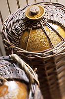 Europe/Grande-Bretagne/Ecosse/Moray/Speyside/Keith : Distillerie Strathisia Whisky Chivas - Vieilles jarres à whisky en faïence et osier