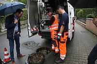 Baustadtrat Nils Kraft mit Kanalinspektor Michael Dörrmann und Florian Hühn