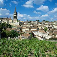 France, Aquitaine, St. Emilion: View of town and vineyards | Frankreich, Aquitanien, St. Emilion: Stadtansicht mit Weinbergen