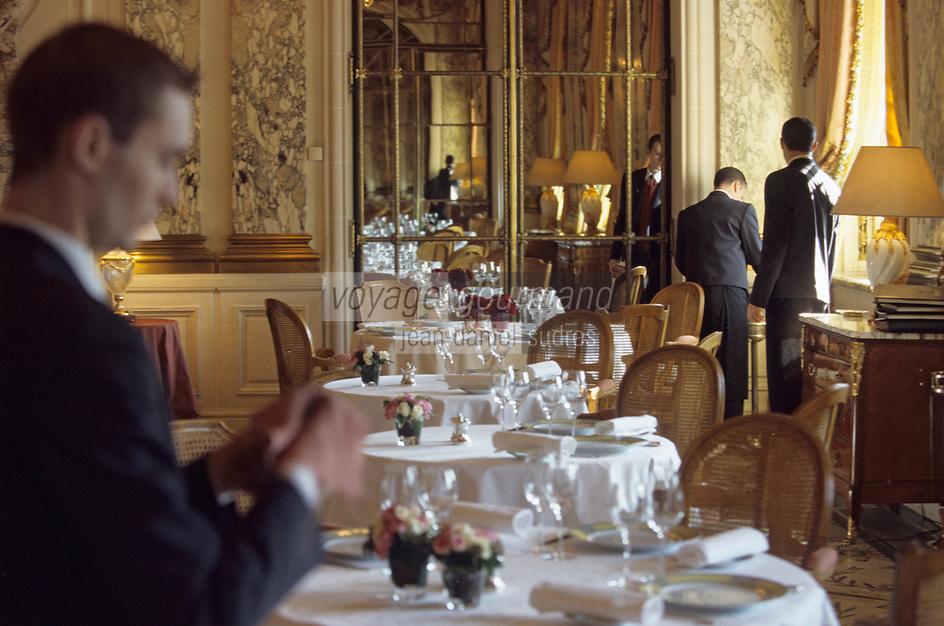 """Europe/France/75/Paris: Hotel """"Meurice """" 228 rue de Rivoli - le personnel dresse la salle du restaurant - style Louis XVI [Non destiné à un usage publicitaire - Not intended for an advertising use]"""