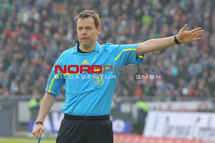 03.03.2012, AWD Arena, Hannover, GER, 1.FBL, Hannover 96 vs FC Augsburg, im Bild <br /> <br /> Schiri Markus Schmidt<br /> <br />  // during the Match GER, 1.FBL, Hannover 96 vs FC Augsburg,  AWD Arena, Hannover, Germany, on 2012/03/03,<br /> Foto &copy; nph / Rust *** Local Caption ***