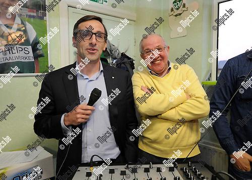 2014-04-10 / Voetbal / seizoen 2013-2014 / Infobijeenkomst Racing Mechelen / Bart Vanhalle (l.) en voorzitter Martin Jeurissen glunderden toen ze de supporters goed nieuws konden brengen.<br /><br />Foto: mpics.be