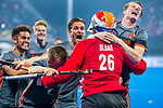 15/12/2018 -   BHUBANESWAR, INDIA - Nederland wint  de halve finale na shoot outs tussen Nederland en Australie  bij het WK Hockey heren in het Kalinga Stadion. keeper Pirmin Blaak (Ned) wordt besprongen door oa Seve van Ass (Ned), Thijs van Dam (Ned) en Robbert Kemperman (Ned) .COPYRIGHT KOEN SUYK