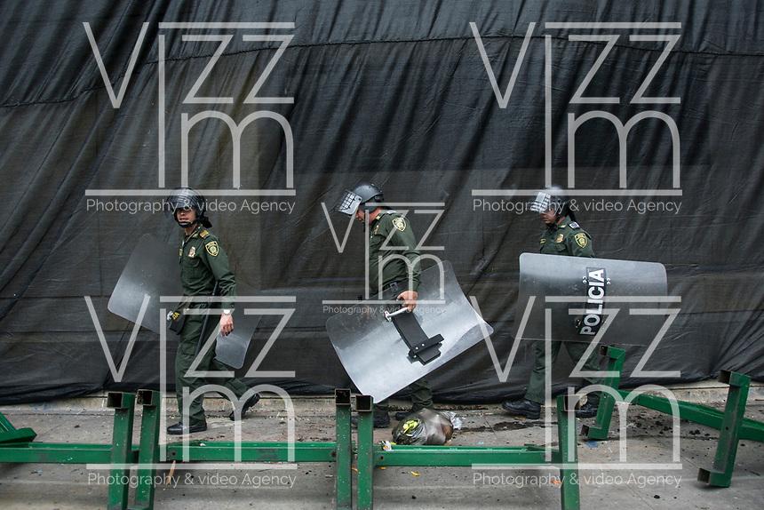 BOGOTA - COLOMBIA, 25-04-2019: Multiples enfrentamientos se presentaron en la jornada de movilizaciones en Bogotá, entre manifestantes y miembros de la policia, dejando algunos heridos y capturados. / Multiples clashes took place in the movilization in Bogota, between members of the police and protesters, leaving some inured and captured people . Photo: VizzorImage / Nicolas Aleman / Cont