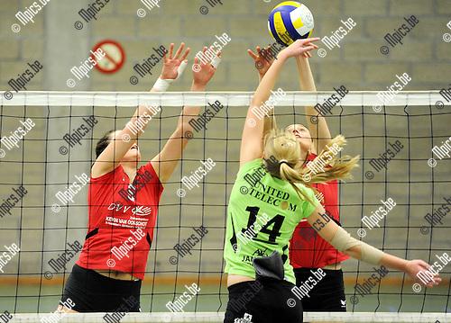 2011-04-02 / Seizoen 2010-2011 / Volleybal Mendo Booischot - Blaasveld /  A. Horemans van Mendo Booischot laat zich niet stoppen door het block van Blaasveld..Foto: mpics