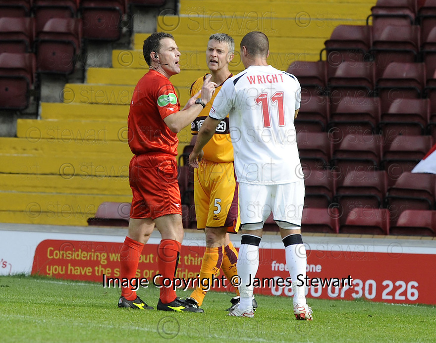 16/08/2008  Copyright Pic: James Stewart.File Name : sct_jspa23_motherwell_v_aberdeen.REF STEVE CONROY HAS A WORD WITH STEPHEN CRAIGAN AND TOMMY WRIGHT AFTER AN OFF THE BALL INCIDENT....James Stewart Photo Agency 19 Carronlea Drive, Falkirk. FK2 8DN      Vat Reg No. 607 6932 25.Studio      : +44 (0)1324 611191 .Mobile      : +44 (0)7721 416997.E-mail  :  jim@jspa.co.uk.If you require further information then contact Jim Stewart on any of the numbers above........