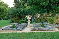 France, Maine-et-Loire (49), Champtocé-sur-Loire, Château du Pin, les jardins, carrés de fétuques bleus et buis