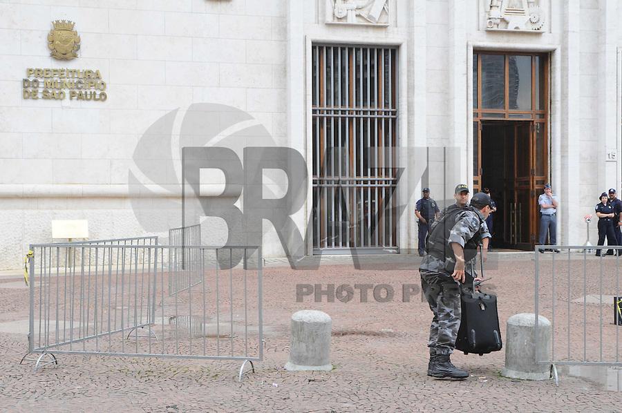 SAO PAULO, SP, 17 JANEIRO 2012 - SUSPEITA BOMBA PREFEITURA SAO PAULO - Policiais do Gate verificam mala deixada na frente da Prefeitura de Sao Paulo, nesta terca-feira, 17.  (FOTO: ADRIANO LIMA - NEWS FREE)