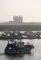 """Europe/France/Bretagne/56/Morbihan/Quiberon/Port-Maria: Le port  retour des  chalutiers en fond  """"Le château de la Mer"""" rebaptisé château Turpault par les Quiberonnais"""