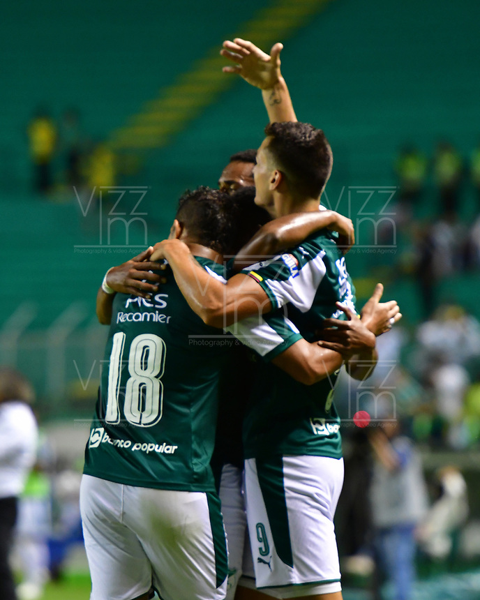 PALMIRA - COLOMBIA, 15-02-2019: Juan Ignacio Dineno del Cali celebra con sus compañeros después de anotar el segundo gol de su equipo al Tolima durante partido por la fecha 14 de la Liga Águila I 2019 entre Deportivo Cali y Deportes Tolima jugado en el estadio Deportivo Cali de la ciudad de Palmira. / Juan Ignacio Dineno of Cali celebrates with his teammates after scoring the second goal of his team to Tolima during match for the date 14 as a part Aguila League I 2019 between Deportivo Cali and Deportes Tolima played at Deportivo Cali stadium in Palmira city.  Photo: VizzorImage/ Nelson Rios / Cont