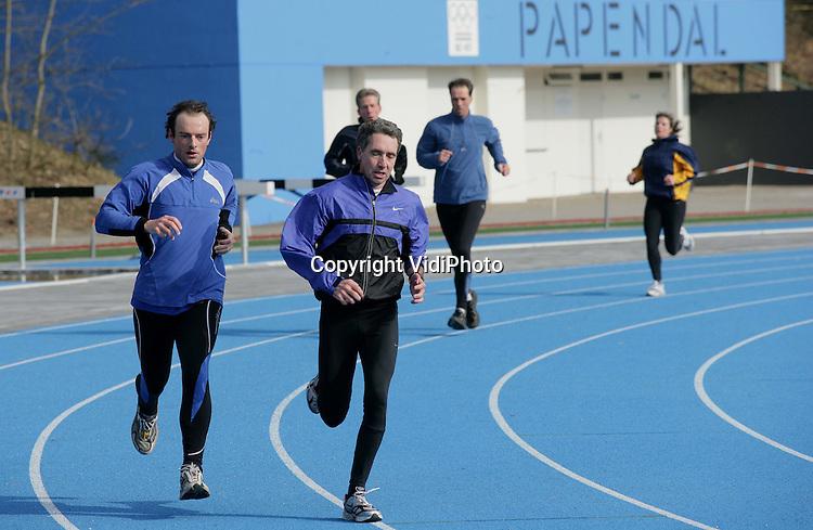 Foto: VidiPhoto..ARNHEM - Sporters op de atletiekbaan op sportcentrum Papendal.
