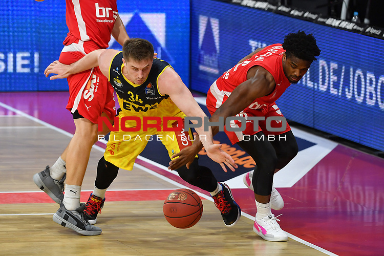 Ian HUMMER (OL)<br /> Aktion,Zweikampf gegen<br /> Retin OBASOHAN (BA).<br /> <br /> Basketball 1.Bundesliga,BBL, nph0001-Finalturnier 2020.<br /> Viertelfinale am 18.06.2020.<br /> <br /> BROSE BAMBERG-EWE BASKETS OLDENBURG,<br /> Audi Dome<br /> <br /> Foto:Frank Hoermann / SVEN SIMON / /Pool/nordphoto<br /> <br /> National and international News-Agencies OUT - Editorial Use ONLY