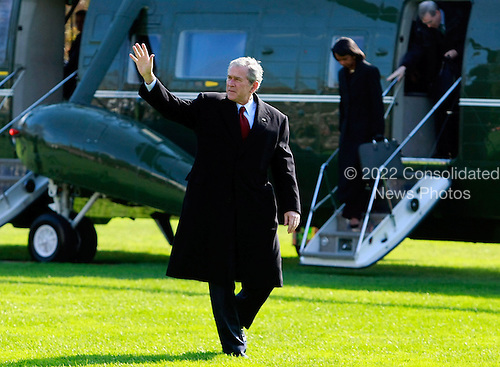 Washington, DC - November 17, 2008 -- United States President George W. Bush waves after arriving at the White House on Monday, November 17, 2008 in Washington, DC. President Bush was returning from Camp David, the presidential retreat in Maryland.  .Credit: Mark Wilson - Pool via CNP