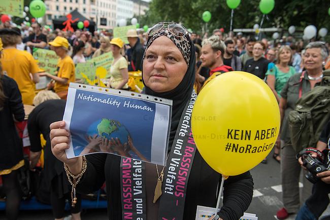 Tausende Menschen beteiligten sich am Sonntag den 19. Juni 2016 in Berlin an einer Menschenkette gegen Rassismus. Die Aktion fand bundesweit am 18. und 19. Juni in verschiedenen Staedten in Deutschland statt.<br /> 19.6.2016, Berlin<br /> Copyright: Christian-Ditsch.de<br /> [Inhaltsveraendernde Manipulation des Fotos nur nach ausdruecklicher Genehmigung des Fotografen. Vereinbarungen ueber Abtretung von Persoenlichkeitsrechten/Model Release der abgebildeten Person/Personen liegen nicht vor. NO MODEL RELEASE! Nur fuer Redaktionelle Zwecke. Don't publish without copyright Christian-Ditsch.de, Veroeffentlichung nur mit Fotografennennung, sowie gegen Honorar, MwSt. und Beleg. Konto: I N G - D i B a, IBAN DE58500105175400192269, BIC INGDDEFFXXX, Kontakt: post@christian-ditsch.de<br /> Bei der Bearbeitung der Dateiinformationen darf die Urheberkennzeichnung in den EXIF- und  IPTC-Daten nicht entfernt werden, diese sind in digitalen Medien nach &sect;95c UrhG rechtlich geschuetzt. Der Urhebervermerk wird gemaess &sect;13 UrhG verlangt.]