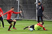 David Abraham (Eintracht Frankfurt) verhindert das Tor gegen Branimir Hrgota (Eintracht Frankfurt) - 10.10.2017: Eintracht Frankfurt Training, Commerzbank Arena