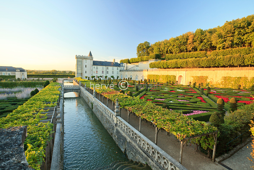 France, Jardins du château de Villandry, le canal // France, Gardens of the Chateau de Villandry, the channel.