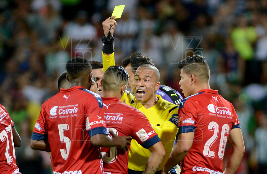 MEDELLÍN -COLOMBIA-28-05-2017: Adrian Velez, árbitro, muestra la tarjeta amarilla a Leonardo Castro del Medellín durante el encuentro entre Independiente Medellín y Atletico Nacional por la fecha 20 de la Liga Águila I 2017 jugado en el estadio Atanasio Girardot de la ciudad de Medellín. / Adrian Velez, referee, shows the yellow card to Leonardo Castro of Medellin during the match between Independiente Medellin and Atletico Nacional for date 20 of the Aguila League I 2017 at Atanasio Girardot stadium in Medellin city. Photo: VizzorImage/ León Monsalve / Cont