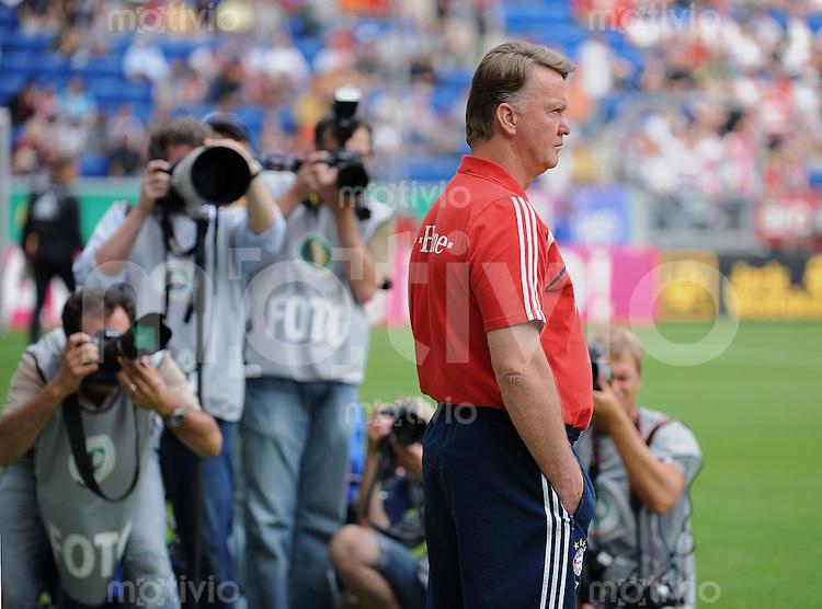 Fussball DFB Pokal 1. Runde   Saison   2009/2010   02.08.2009 Spvgg Neckarelz - FC Bayern Muenchen FCB  Trainer Louis van Gaal  umringt von Fotografen