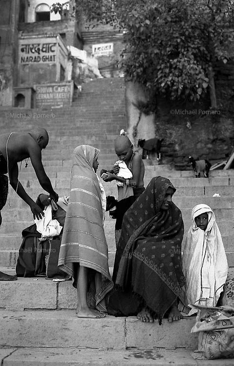 12.2010 Varanasi (Uttar Pradesh)<br /> <br /> Family of pilgrims after bath in Ganga river.<br /> <br /> Famille de pèlerin apres leur bain dans le Gange.