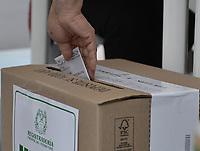 BOGOTA - COLOMBIA, 17-06-2018: Colombianos ejercen su derecho al voto durante la segunda vuelta de las elecciones presidenciales de Colombia 2018 hoy domingo 17 de junio de 2018. El candidato ganador gobernará por un periodo máximo de 4 años fijado entre el 7 de agosto de 2018 y el 7 de agosto de 2022. / Colombians exercise their right to vote during Colombia's second round of 2018 presidential election today Sunday, June 17, 2018. The winning candidate will govern for a maximum period of 4 years fixed between August 7, 2018 and August 7, 2022. Photo: VizzorImage / Gabriel Aponte / Staff