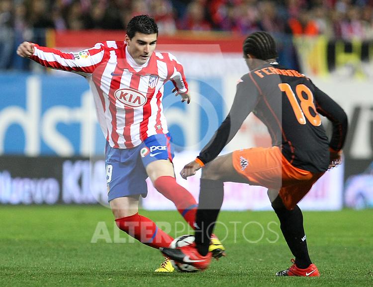 Atletico de Madrid's Jose Antonio Reyes (l) and Valencia's Manuel Fernandes during La Liga match.(ALTERPHOTOS/Acero)