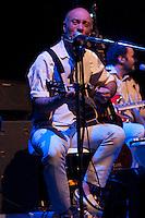 SAO PAULO, SP, 31 DE AGOSTO DE 2012 - SHOW ARNALDO ANTUNES: Edgard Scandurra participou do show do cantor e compositor Arnaldo Antunes, que se apresentou na noite desta sexta feira (31) no Credicard Hall em São Paulo.  FOTO: LEVI BIANCO - BRAZIL PHOTO PRESS