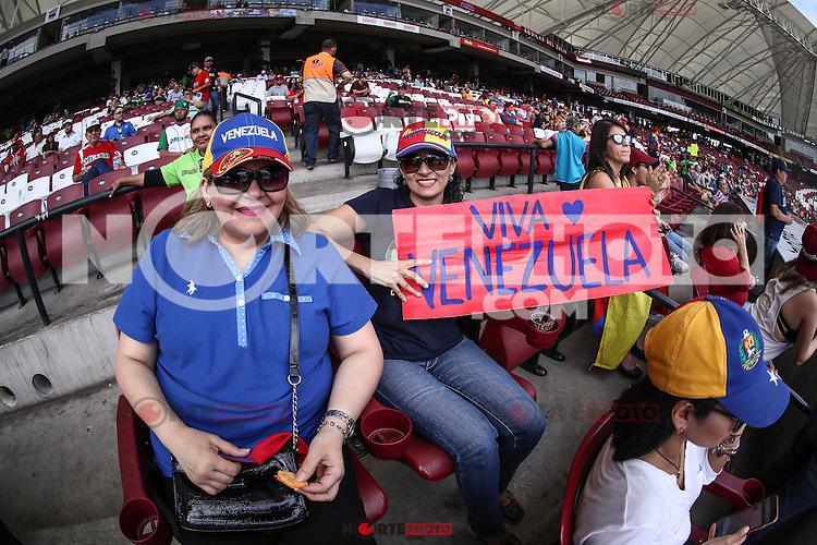 Aficionados de Venezuela apoyando a su equipo , durante partido semifinal de la Serie del Caribe en el nuevo Estadio de  los Tomateros en Culiacan, Mexico, Lunes 6 Feb 2017. Foto: AP/Luis Gutierrez