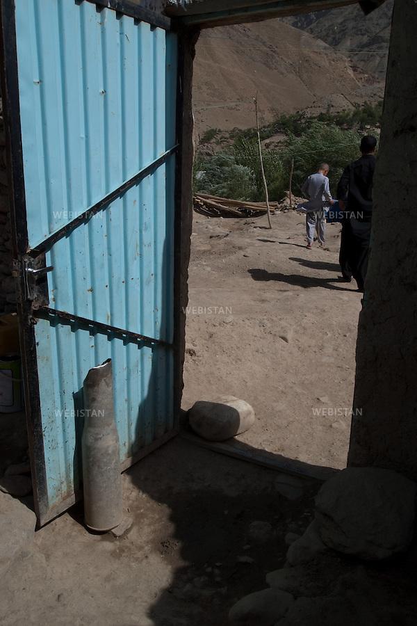 AFGHANISTAN - VALLEE DU PANJSHIR - POSHGHOUR - 15 aout 2009 : entree d'une maison du village de Poshghour, la porte est bloquee par une douille d'obus datant de la guerre d'Afghanistan de 1979 - 1989.<br /> La photographie appartient a la serie &quot;Il etait une fois l'Empire russe&quot;.<br /> <br /> AFGHANISTAN - PANJSHIR VALLEY - POSHGHOUR - August 15th, 2009 : Entrance to a home in the village of Poshghour. The door is propped open with the casing from an explosive dating from the Afghanistan war of 1979-1989.The photograph is part of the series &quot;Once Upon a Time, the Russian Empire.&quot;