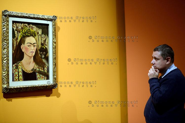 Roma, 18 Marzo 2014<br /> Scuderie del Quirinale.<br /> Frida Khalo.<br /> Mostra sulla vita e le opere dell'artista messicana simbolo dell'avanguardia artistica e della cultura messicana  del '900.<br /> Autoritratto con scimmia, 1945<br /> Exhibition on the life and work of mexican artist Frida Khalo.