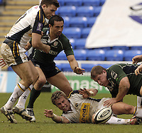 Reading, Berks, ENGLAND, 15.04.2006,  Justin Marshall and Neal Hatley, playing for the ball on the floor. Guinness Premiership, London Irish vs Leed Tykes, Madejski Stadium,  © Peter Spurrier/Intersport-images.com.