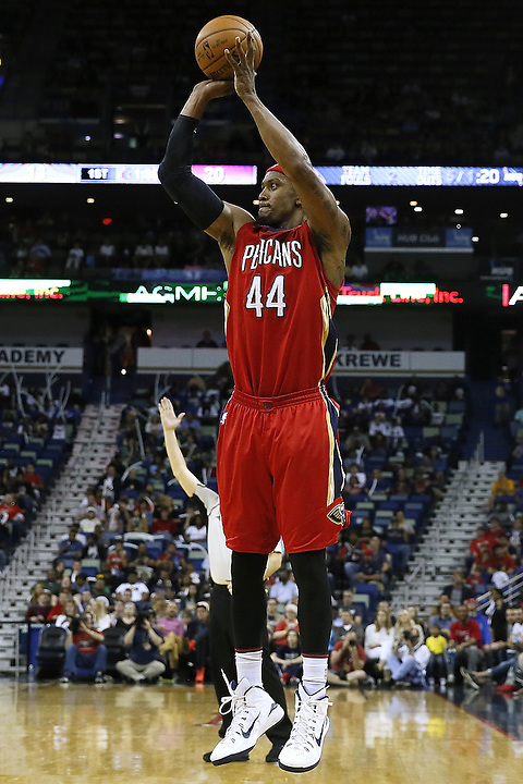 NEW ORLEANS, LA - MARCH 26: Dante Cunningham #44 of the New Orleans Pelicans shoots the ball during a game at the Smoothie King Center on March 26, 2016 in New Orleans, Louisiana. NOTE TO USER: User expressly acknowledges and agrees that, by downloading and or using this photograph, User is consenting to the terms and conditions of the Getty Images License Agreement.  (Photo by Jonathan Bachman/Getty Images)