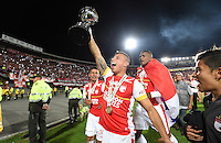 BOGOTÁ - COLOMBIA -09-12-2015: Wilson Morelo jugador de Independiente Santa Fe (COL) levanta el trofeo para celebrar con su equipo como campeones de la Copa Sudamericana 2015 después del encuentro de vuelta con Huracan (ARG) jugado en el estadio Nemesio Camacho El Campín de la ciudad de Bogota./ Wilson Morelo player of Independiente Santa Fe (COL) lift the trophy to celebrate with his team as a champions of Copa Sudamericana 2015 after the second leg match against Huracan (ARG) played at Nemesio Camacho El Campin stadium in Bogota city.  Photo: VizzorImage/ Gabriel Aponte /Staff